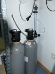 Die beiden 10 kg CO<sub>2</sub>-Flaschen mit selbst gebautem XXL-Blasenzähler
