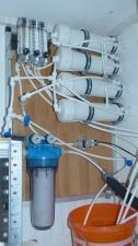 Vorfilter, Druckrohre, Magnetventil und Durchflussmesser auf abnehmbarer Montageplatte